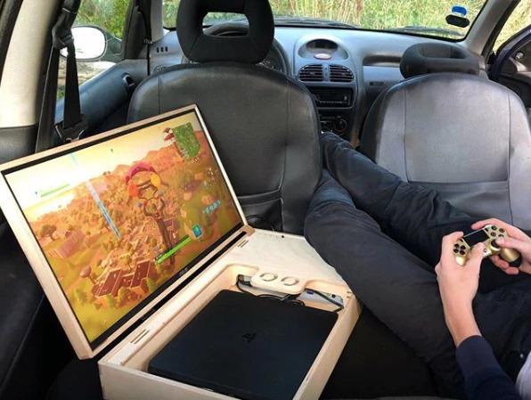 家庭用ゲーム機をポータブル!24型ディスプレイ内蔵の木製トランク「GameBoks」