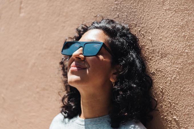 目疲れ軽減に!液晶の光を遮断するサングラス「IRL Glasses」