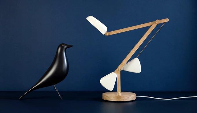 ネジを使わないシンプル設計!カウンターウェイト式木製デスクランプ「Herston」