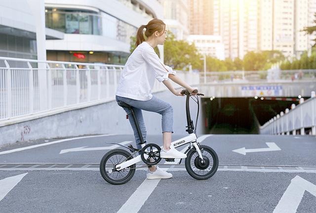ENKEEOの折りたたみ式電動アシスト自転車。4つの切り替えモードを搭載