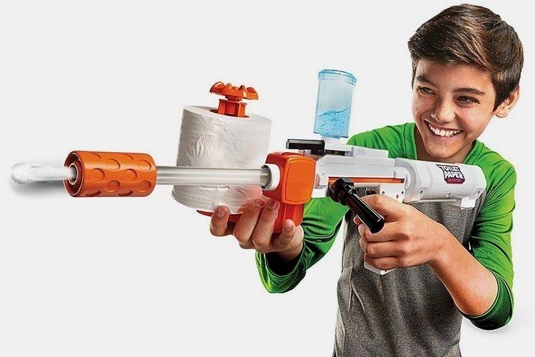 トイレットペーパーが弾になる!斬新なおもちゃの銃