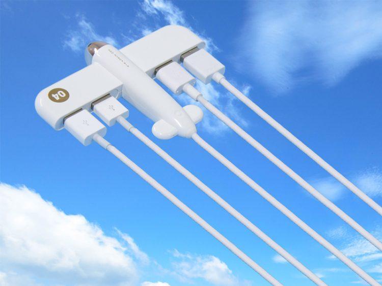 飛行機型のUSBハブ。ケーブル接続したらまるで飛行機雲
