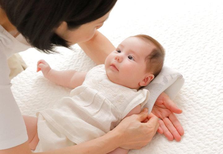 寝かしつけをサポートする「授乳しながら使えるベビー枕」。育児中のママに