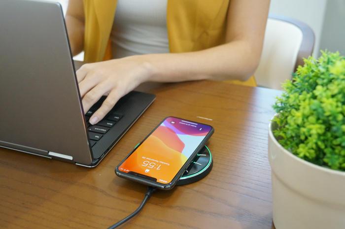 置くだけ簡単!スマホのバックアップと充電が同時に行える「qico pad」
