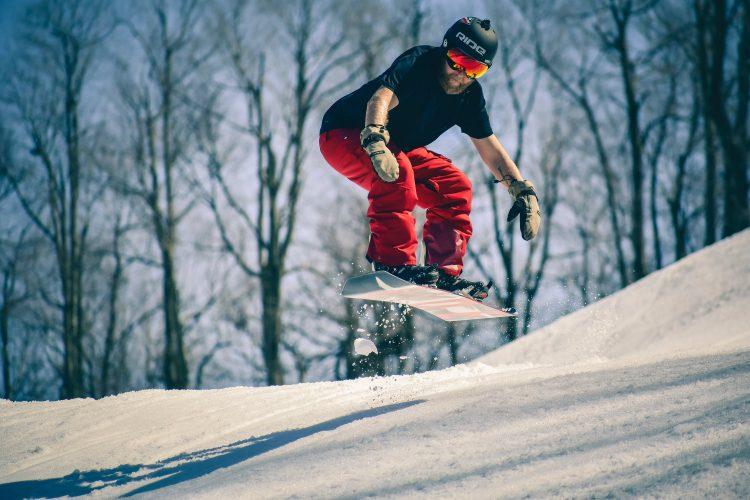 スノーボード用ヘルメットのおすすめ19選。高機能なモデルもご紹介