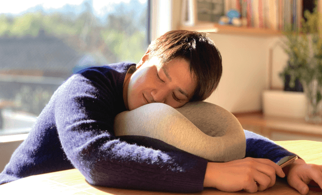 昼寝からリモートワークまで快適!10通り以上の使い方ができる「ハマる枕」