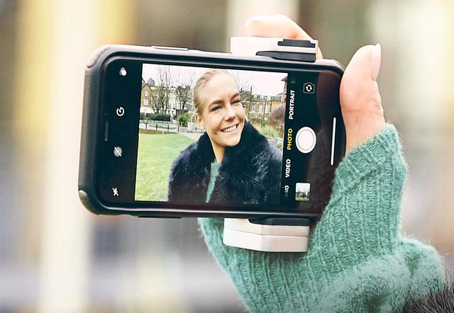 クリエイティブな撮影を叶える!スマホ用カメラグリップ「ShutterGrip 2」
