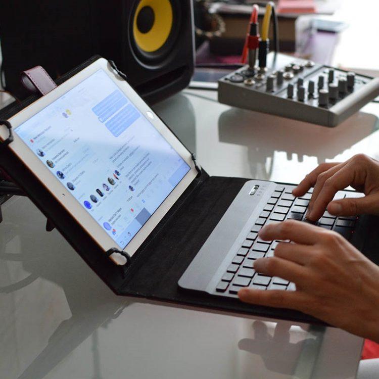 タブレット向けキーボードのおすすめ14選。持ち運びにも便利