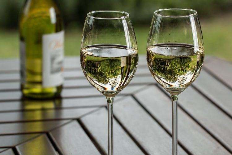 辛口の白ワインおすすめ16選。爽やかでキレのある銘柄をご紹介