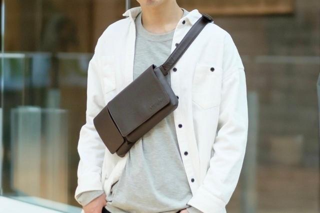 必要なものだけスマートに携帯。機能性良好な「本革ボディ&ヒップバッグ」