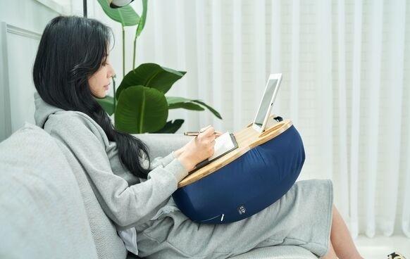 ソファやベッドで作業したいときに便利!クッションテーブル「ヒーリングベア」