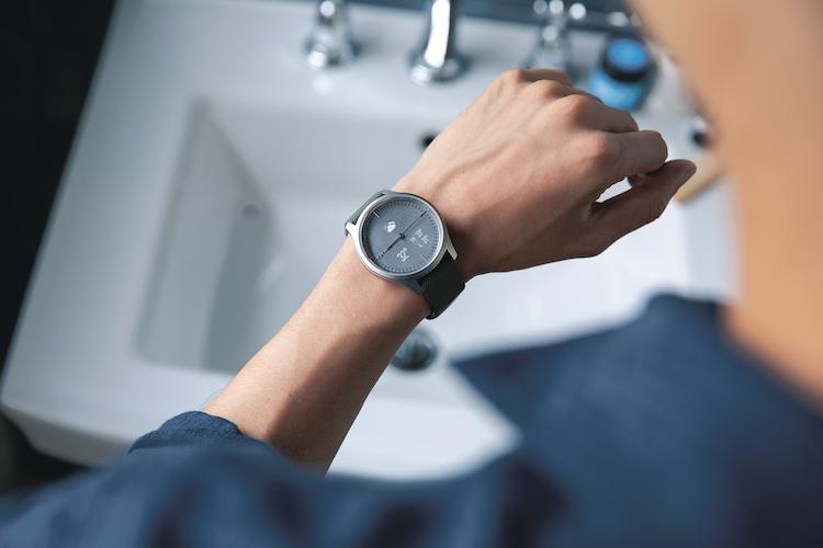 アナログ時計とスマートウォッチのいいとこ取り。普段使いしやすいガーミンの「vivomove」